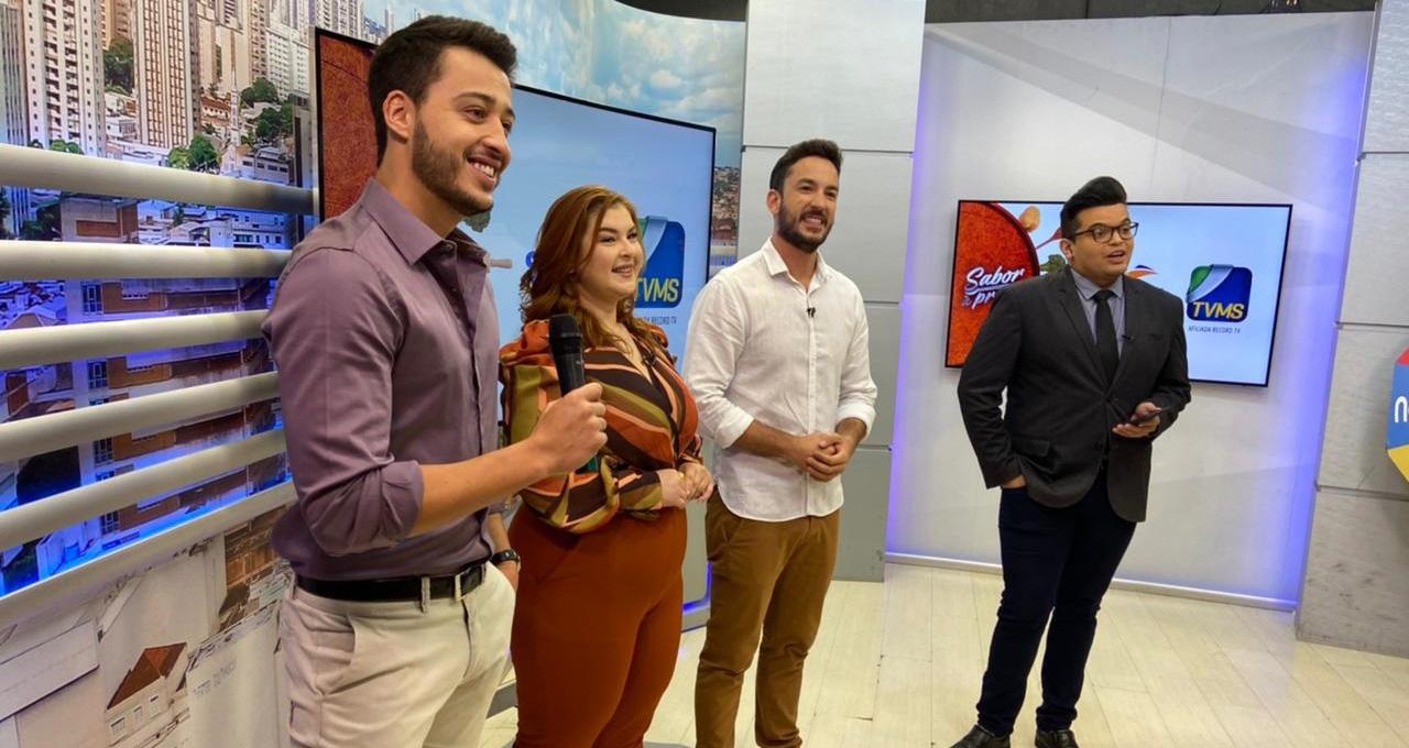 Ulysses Serra com Mariane Medeiros e Felipe Todesco, apresentadores do Sabor à Prova e Rodrigão (Foto: Marketing/Rede MS)